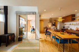 将来の2世帯住宅にも対応した、杜に佇む平屋のような大屋根の住まい