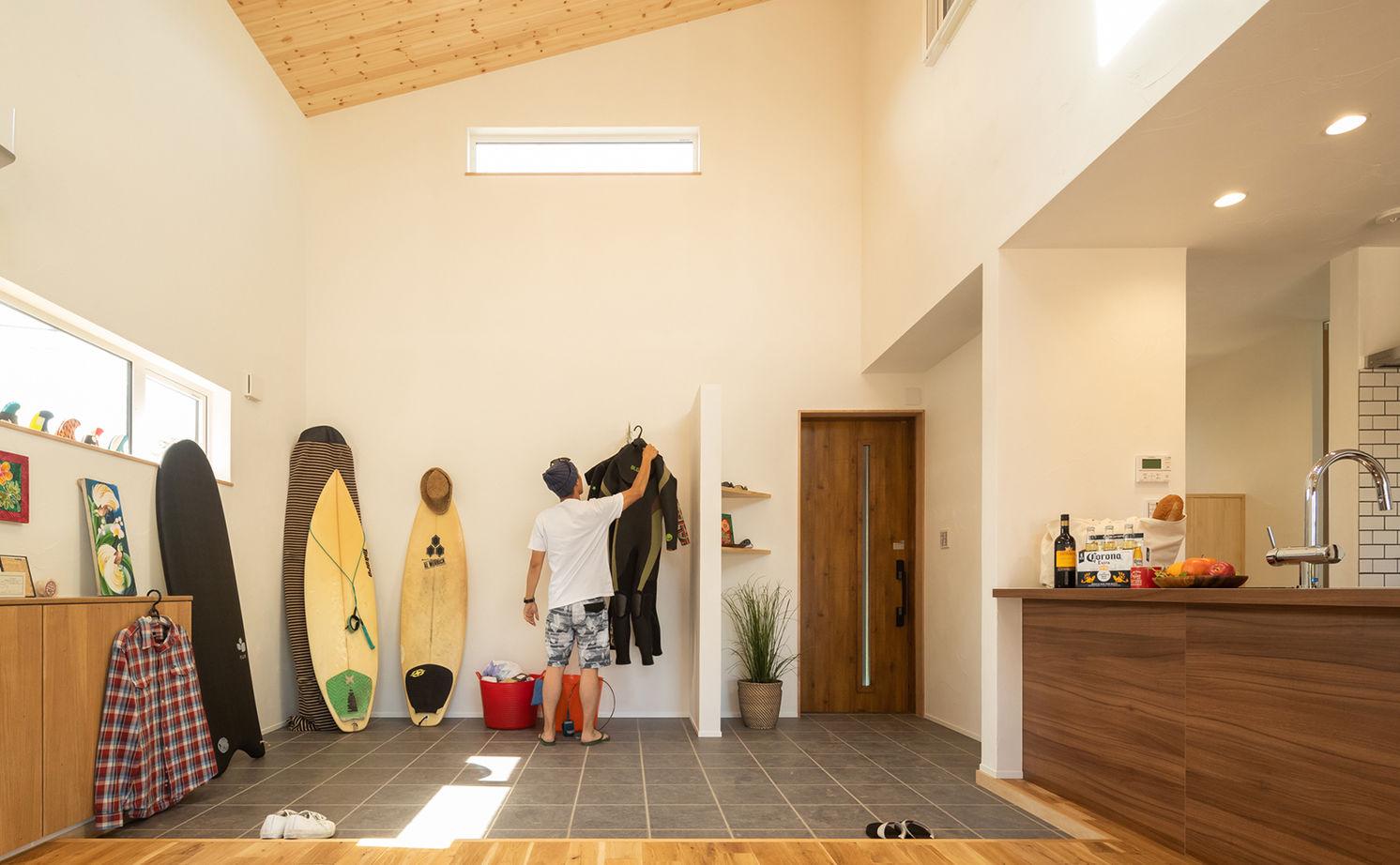 広い土間玄関からバスルームへ直行。2階は主寝室だけという大胆な設計で叶える大空間